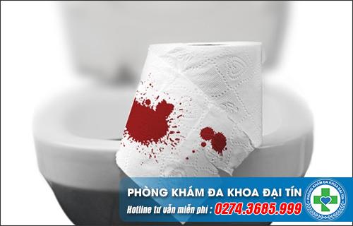 Đi vệ sinh ra máu là bệnh gì?